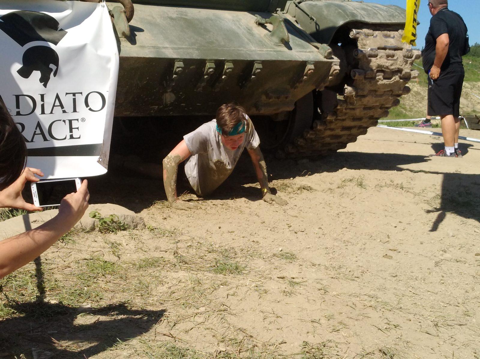 Syn si při Gladiator race na Tankodromu v Miloviciích ( květen 2018 )  vyzkoušel plazení pod tankem. baefca4ee7